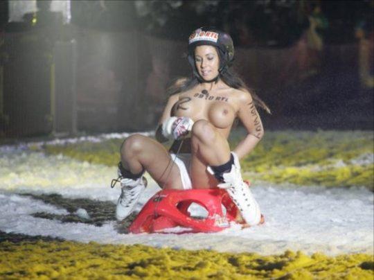 """【画像あり】ドイツ冬の風物詩 """"トップレスソリ滑り大会"""" おっぱい凍傷になりそうだけど楽しそうで何よりwwwwwwwwwww・24枚目"""
