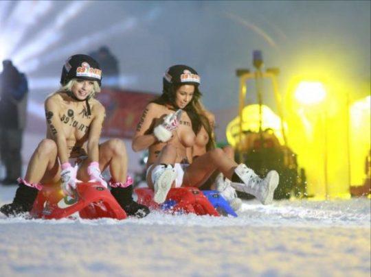 """【画像あり】ドイツ冬の風物詩 """"トップレスソリ滑り大会"""" おっぱい凍傷になりそうだけど楽しそうで何よりwwwwwwwwwww・25枚目"""