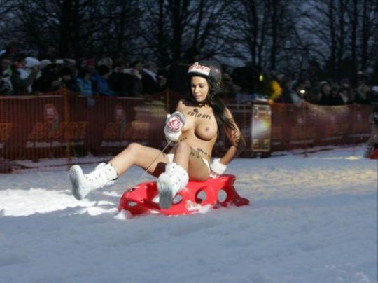 """【画像あり】ドイツ冬の風物詩 """"トップレスソリ滑り大会"""" おっぱい凍傷になりそうだけど楽しそうで何よりwwwwwwwwwww・27枚目"""