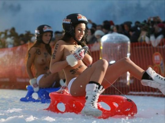 """【画像あり】ドイツ冬の風物詩 """"トップレスソリ滑り大会"""" おっぱい凍傷になりそうだけど楽しそうで何よりwwwwwwwwwww・28枚目"""
