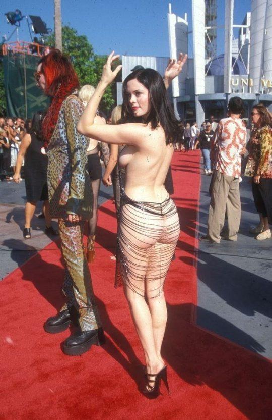 海 外 の 金 持 ち や 女 優 は 横 乳 ポ ロ リ ド レ ス を 着 用 し な け れ ば な ら な い と い う 謎 風 潮…(画像あり)・20枚目