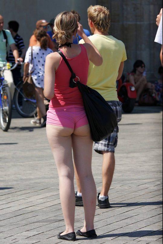 【画像あり】外国人まんさんのホットパンツのサイズ感ワロタwwwwwwwwwwwwwwwwwwwwwwwww・29枚目