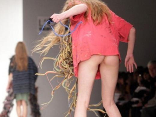 (朗報)ファッションショーのモデルまんさん、ステージで転倒しとんでも部分を御開帳wwwwwwwwwwwwwwwwwwwwwwwwwwwwwwwwww(写真あり)