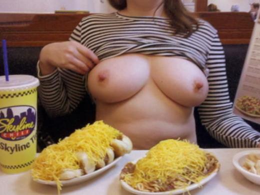 「食欲と性欲、どっちを満たす?」と言いたげな店内露出写真集(30枚)