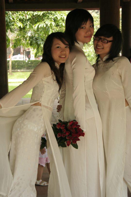 """【伝統】ベトナムの""""アオザイ""""とかいう民族衣装スケルトン具合が桁外れwwwwwwwwwwww(画像あり)・6枚目"""