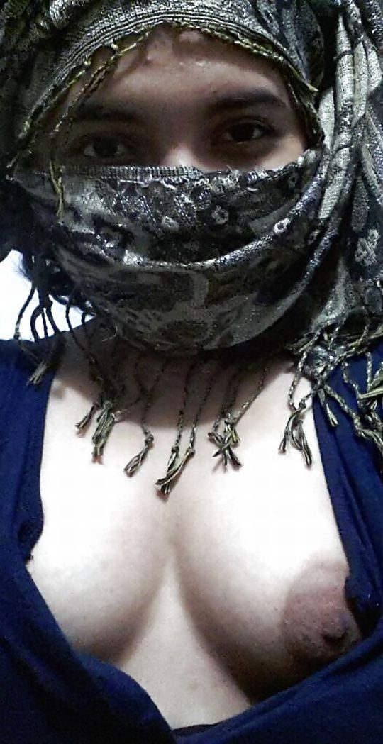 【※死刑確定】肌の露出がバレたら絞首刑のイスラムまんさん、案外楽しそうにハメ撮りを晒すwwwwwwwwwww(画像あり)・16枚目
