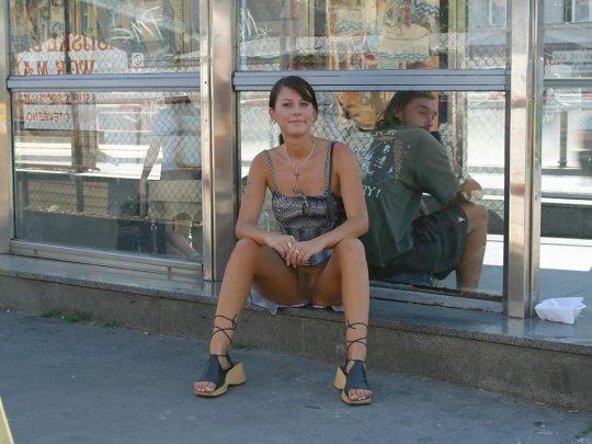 【ノーパン文化】外人まんさんの確信犯的ミニスカの中身が、ほぼ100%でノーパン問題。。「これは事案」「移住不可避」「遭遇したら引くわ」・3枚目