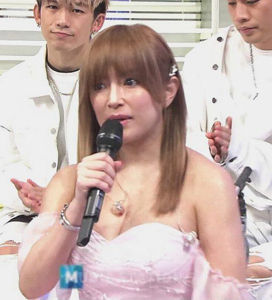 【衝撃画像】浜崎あゆみってこんなムチムチで爆乳だったっけ?おっぱい凄過ぎワロタwww 牛やんけwwwwwwww・3枚目