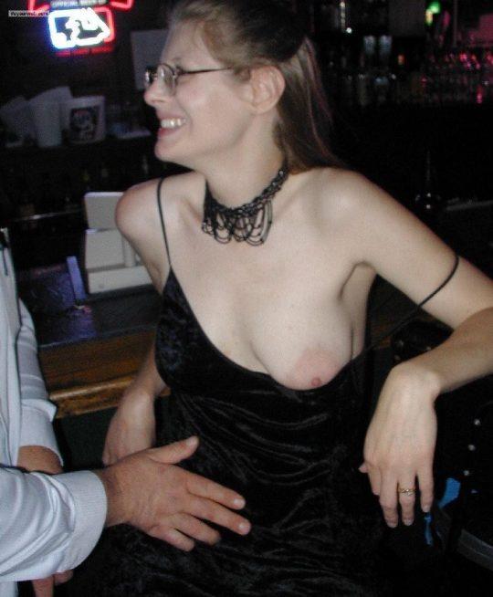 【乳首注意】外人まんさんのおっぱいノーガード戦法、普通に乳首まで見えてて草wwwwwwwwwww(画像30枚)・10枚目
