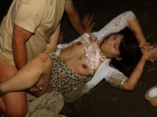 (胸糞注意)こういうガチっぽい強姦写真でムラムラする奴・・・マジ病院行け。。。(写真30枚)