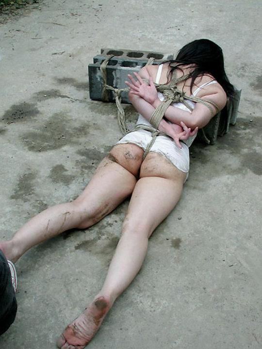 【胸糞】性奴隷として売られた女性をご覧下さい、人権も糞も無くてさすがのワイも勃起出来ん・・・・・(画像130枚)・33枚目