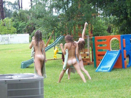 【露出狂注意】どこでも裸になる陽気な外人まんさん、子供が遊ぶ公園ですら手加減無しでワロタwwwwwwww(画像30枚)・12枚目