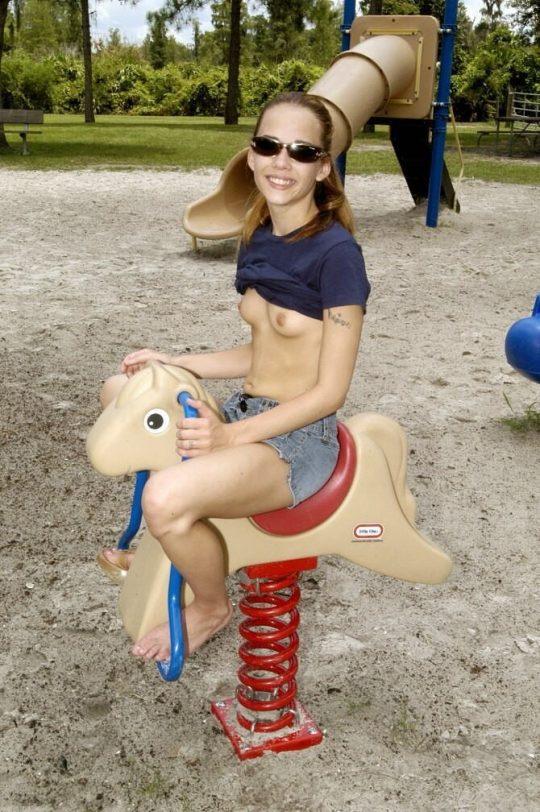 【露出狂注意】どこでも裸になる陽気な外人まんさん、子供が遊ぶ公園ですら手加減無しでワロタwwwwwwww(画像30枚)・15枚目