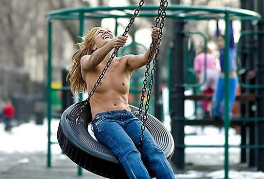 【露出狂注意】どこでも裸になる陽気な外人まんさん、子供が遊ぶ公園ですら手加減無しでワロタwwwwwwww(画像30枚)・21枚目