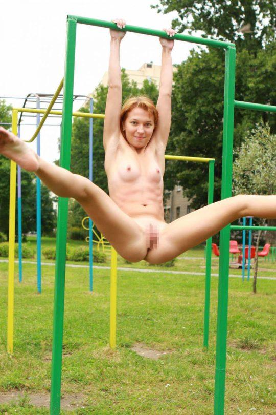 【露出狂注意】どこでも裸になる陽気な外人まんさん、子供が遊ぶ公園ですら手加減無しでワロタwwwwwwww(画像30枚)・30枚目