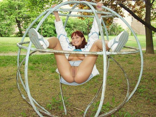 【露出狂注意】どこでも裸になる陽気な外人まんさん、子供が遊ぶ公園ですら手加減無しでワロタwwwwwwww(画像30枚)