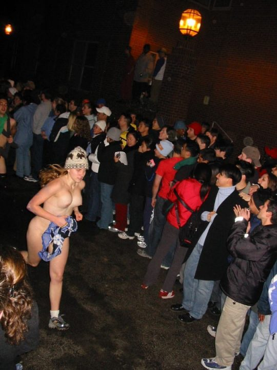【オープンエロス文化】ワイ将こういう全裸イベントが余裕で開催される外国文化が羨まし過ぎて咽び泣く。。。(画像30枚)・21枚目