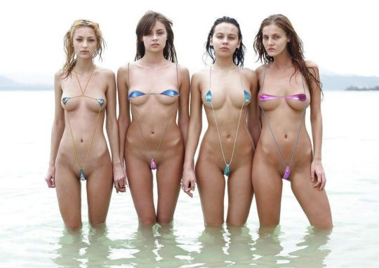 【ほぼヌード】非ヌーディストビーチで普通に見かける外人まんさんの水着が冒険し過ぎでワロタwwwwwwwwww(画像あり)・1枚目
