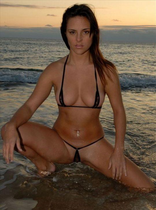 【ほぼヌード】非ヌーディストビーチで普通に見かける外人まんさんの水着が冒険し過ぎでワロタwwwwwwwwww(画像あり)・6枚目