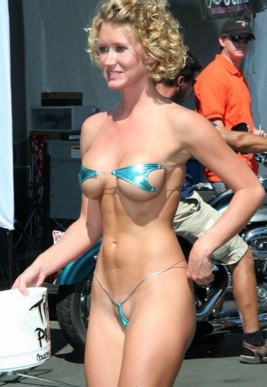 【ほぼヌード】非ヌーディストビーチで普通に見かける外人まんさんの水着が冒険し過ぎでワロタwwwwwwwwww(画像あり)・25枚目
