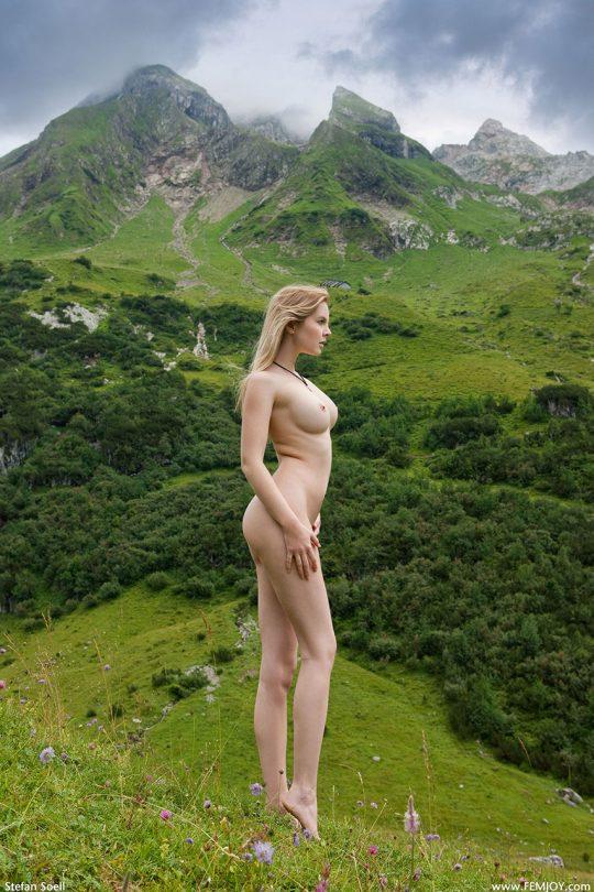【もはや芸術】まるで風景画・・・日本人中年カップルの野外露出とはレベルが違い過ぎる外人まんさんの大自然ヌード!(画像30枚)・2枚目