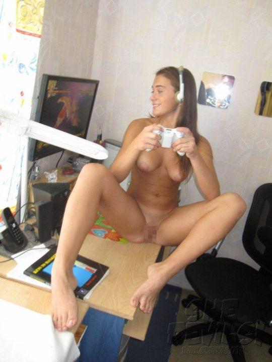 【解放感】一人でゲームする時も全裸な女wwwwwwwwwwwwwwwwwwwwwwwwwwww(画像30枚)・7枚目