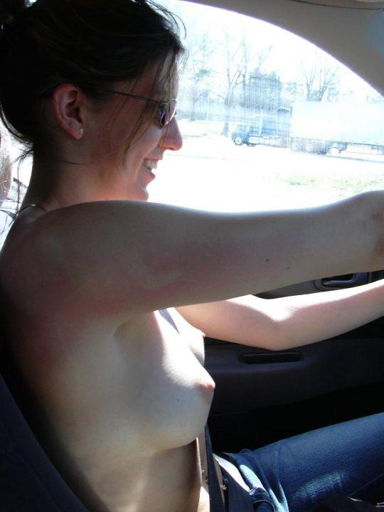 【事故ったらアウト】「車の中は室内やからセーフwwww」、海外露出狂まんさんの超入門編がコチラwwwwwwwww(画像30枚)・26枚目
