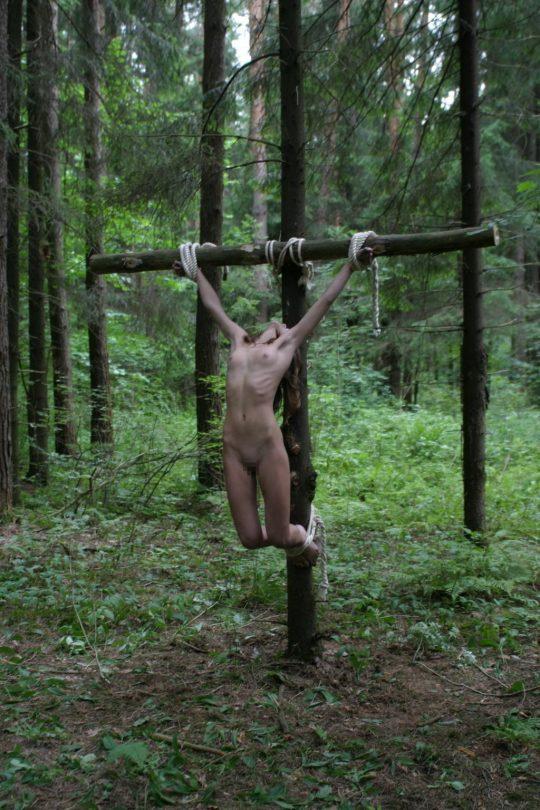 【ホーリーエロス】敬虔なクリスチャンまんさんの野外SM、キリスト様冒涜し過ぎだろコレwwwwwwwwwwww(画像30枚)・12枚目