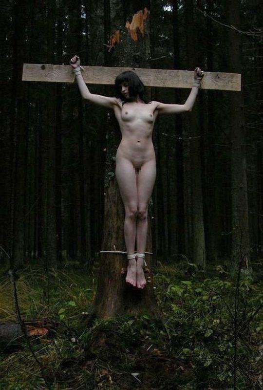 【ホーリーエロス】敬虔なクリスチャンまんさんの野外SM、キリスト様冒涜し過ぎだろコレwwwwwwwwwwww(画像30枚)・13枚目