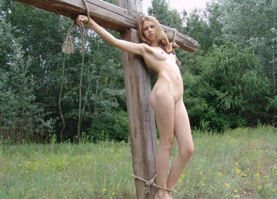 【ホーリーエロス】敬虔なクリスチャンまんさんの野外SM、キリスト様冒涜し過ぎだろコレwwwwwwwwwwww(画像30枚)・16枚目