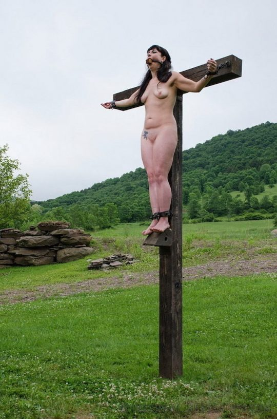 【ホーリーエロス】敬虔なクリスチャンまんさんの野外SM、キリスト様冒涜し過ぎだろコレwwwwwwwwwwww(画像30枚)・23枚目