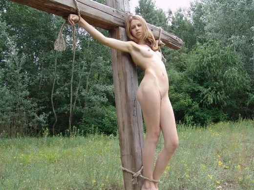 【ホーリーエロス】敬虔なクリスチャンまんさんの野外SM、キリスト様冒涜し過ぎだろコレwwwwwwwwwwww(画像30枚)