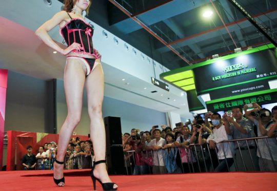 【土人文化】中国人の下着ファッションショー、マン毛処理の概念が無かった結果wwwwwwwwwwwwwwwww(画像30枚)・2枚目