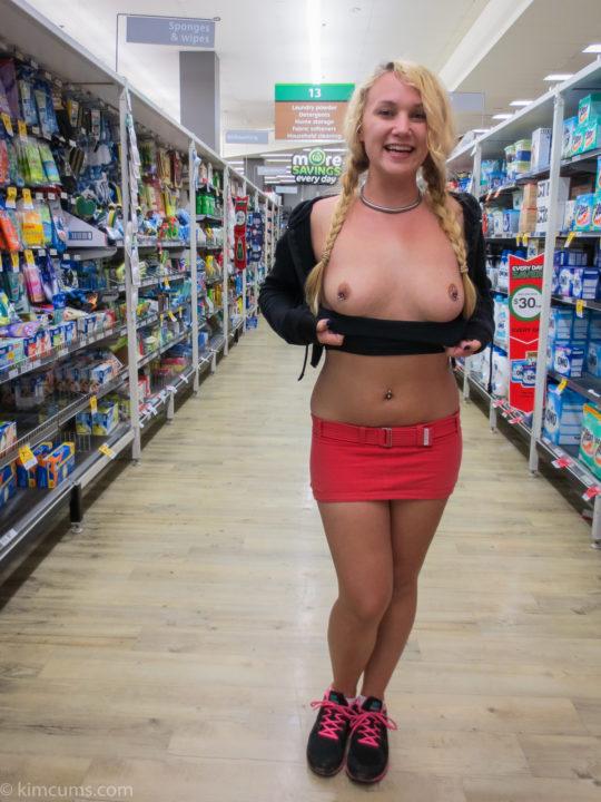 【迷惑性癖】外国人露出まんさん、店の売り場で堂々とおっぱい晒し&スマホ撮影する強心臓っぷりにワイ脱帽wwwwwwwwwwww(画像30枚)・3枚目