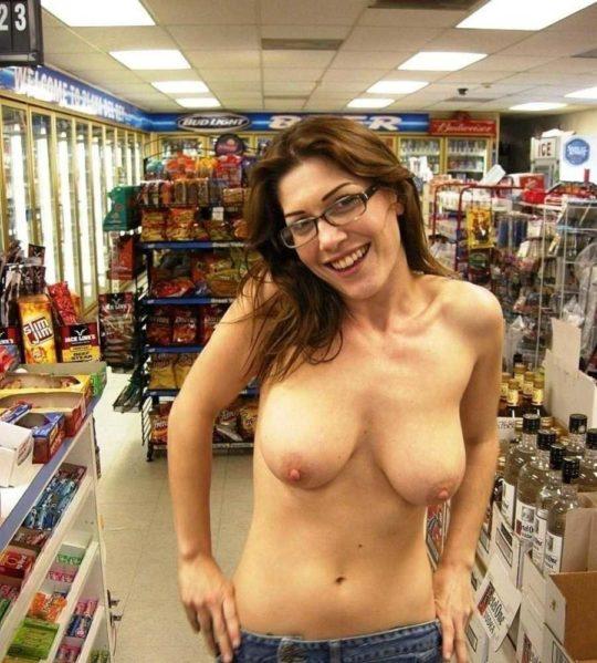 【迷惑性癖】外国人露出まんさん、店の売り場で堂々とおっぱい晒し&スマホ撮影する強心臓っぷりにワイ脱帽wwwwwwwwwwww(画像30枚)・5枚目