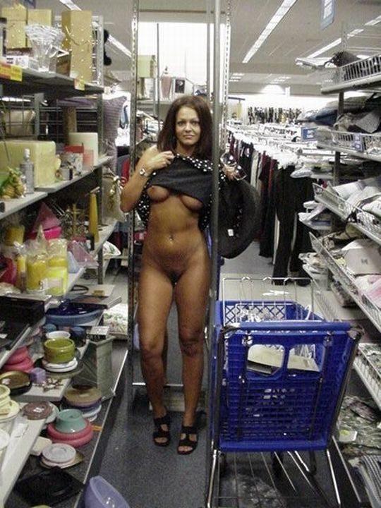 【迷惑性癖】外国人露出まんさん、店の売り場で堂々とおっぱい晒し&スマホ撮影する強心臓っぷりにワイ脱帽wwwwwwwwwwww(画像30枚)・12枚目