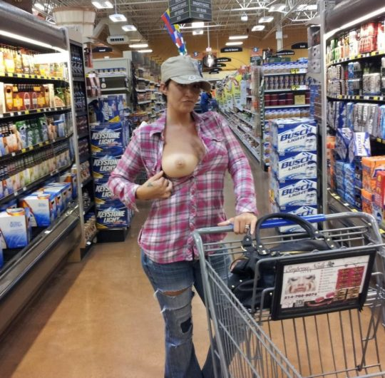 【迷惑性癖】外国人露出まんさん、店の売り場で堂々とおっぱい晒し&スマホ撮影する強心臓っぷりにワイ脱帽wwwwwwwwwwww(画像30枚)・13枚目