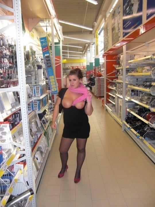 【迷惑性癖】外国人露出まんさん、店の売り場で堂々とおっぱい晒し&スマホ撮影する強心臓っぷりにワイ脱帽wwwwwwwwwwww(画像30枚)・21枚目