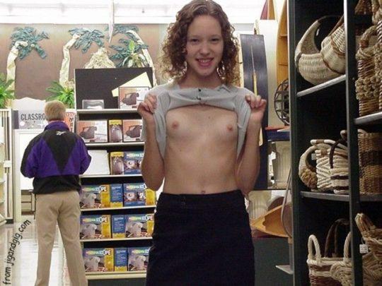 【迷惑性癖】外国人露出まんさん、店の売り場で堂々とおっぱい晒し&スマホ撮影する強心臓っぷりにワイ脱帽wwwwwwwwwwww(画像30枚)・22枚目