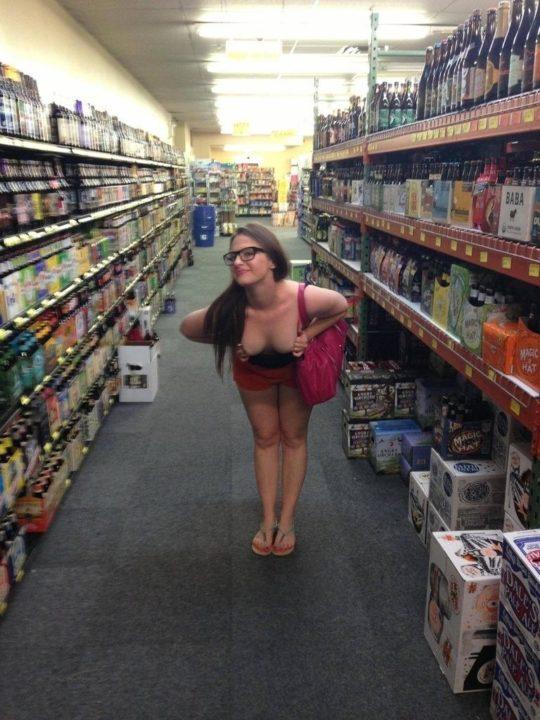 【迷惑性癖】外国人露出まんさん、店の売り場で堂々とおっぱい晒し&スマホ撮影する強心臓っぷりにワイ脱帽wwwwwwwwwwww(画像30枚)・23枚目
