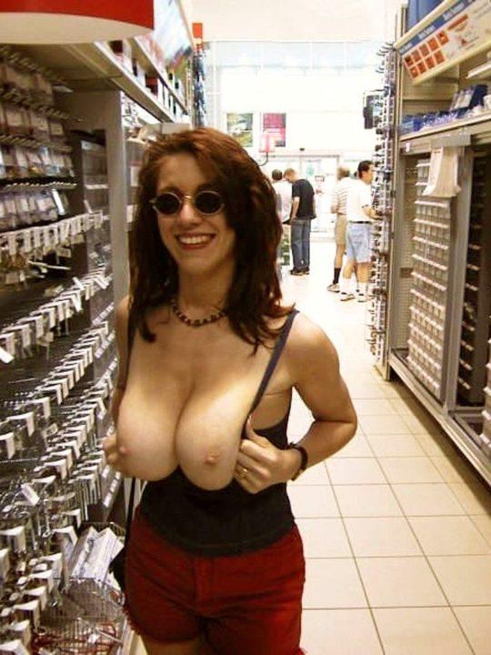 【迷惑性癖】外国人露出まんさん、店の売り場で堂々とおっぱい晒し&スマホ撮影する強心臓っぷりにワイ脱帽wwwwwwwwwwww(画像30枚)・25枚目