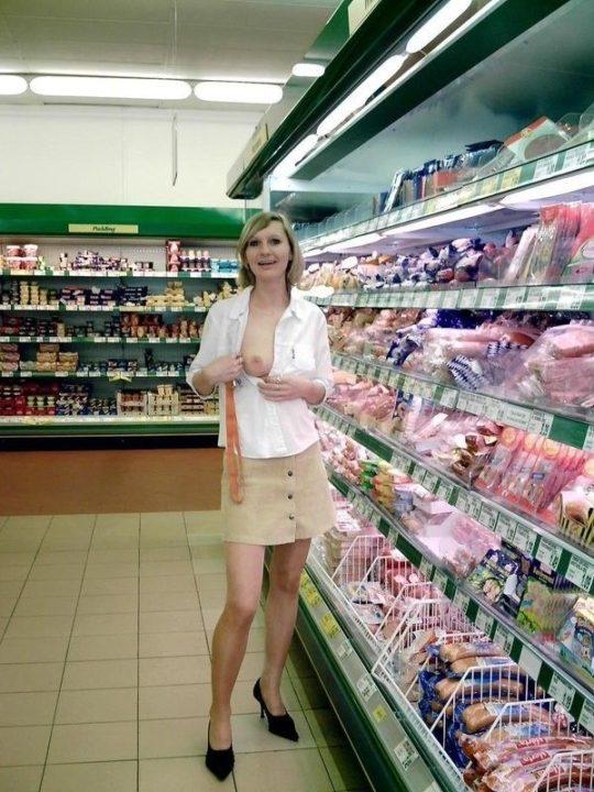 【迷惑性癖】外国人露出まんさん、店の売り場で堂々とおっぱい晒し&スマホ撮影する強心臓っぷりにワイ脱帽wwwwwwwwwwww(画像30枚)・27枚目