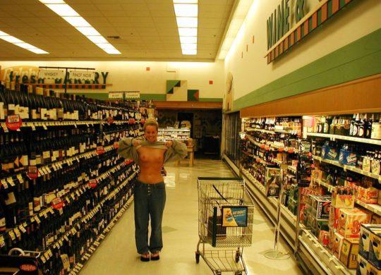 【迷惑性癖】外国人露出まんさん、店の売り場で堂々とおっぱい晒し&スマホ撮影する強心臓っぷりにワイ脱帽wwwwwwwwwwww(画像30枚)・29枚目