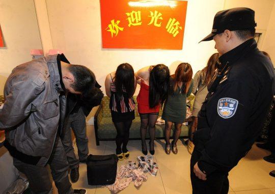 【悲報】見せしめ摘発で晒された売春宿の女たちをご覧くださいwwwwwwww(画像あり)・6枚目