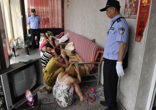 【悲報】見せしめ摘発で晒された売春宿の女たちをご覧くださいwwwwwwww(画像あり)・11枚目