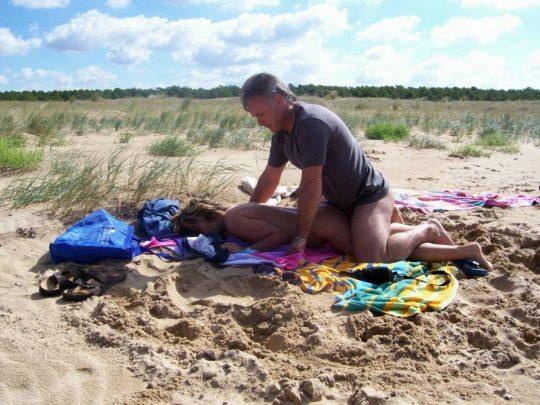 【迷惑行為】ガイジ外人カップルさん、ヌーディストビーチとセックスビーチを混同してしまうwwwwwwwwww(画像30枚)・20枚目