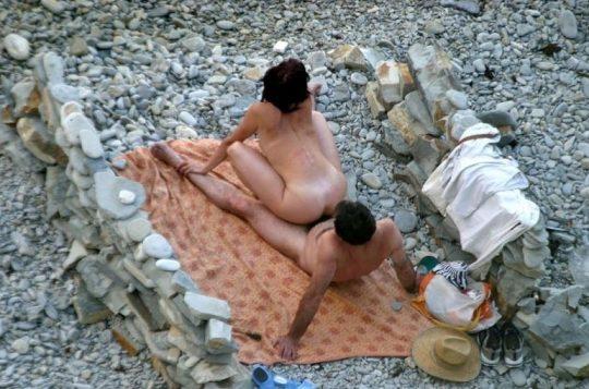 【迷惑行為】ガイジ外人カップルさん、ヌーディストビーチとセックスビーチを混同してしまうwwwwwwwwww(画像30枚)・25枚目