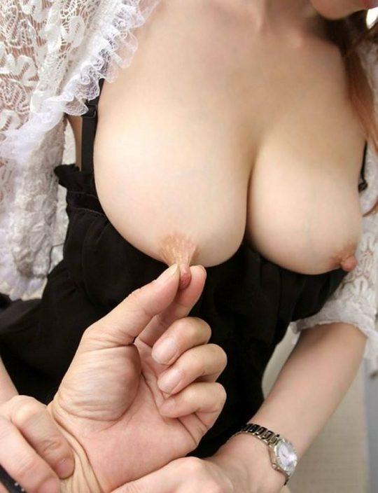 【衝撃】乳首がどこまで伸びるか試した結果・・・(画像あり)・11枚目