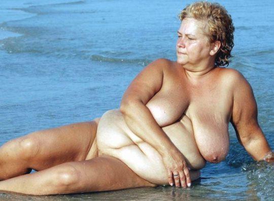 【ありがた迷惑】白豚まんさん「せっかくヌーディストビーチやし裸晒したろwおまえらシコってええでwww」←マジで死ね!!!!!!(画像あり)・1枚目