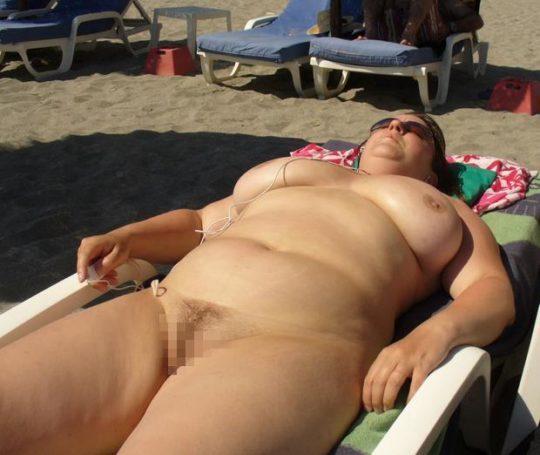 【ありがた迷惑】白豚まんさん「せっかくヌーディストビーチやし裸晒したろwおまえらシコってええでwww」←マジで死ね!!!!!!(画像あり)・11枚目